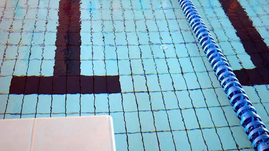 Parigi chiude le piscine, tranne che per i bambini e gli adolescenti.