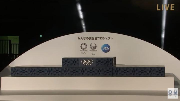 Svelato il podio olimpico realizzato in plastica domestica riciclata. Video.